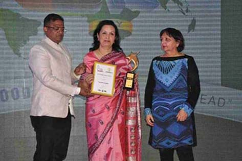 Mohini Daljeet Singh, CEO Max India Foundation being presented the Golden Peacock Award for Corporate Social Responsibility on